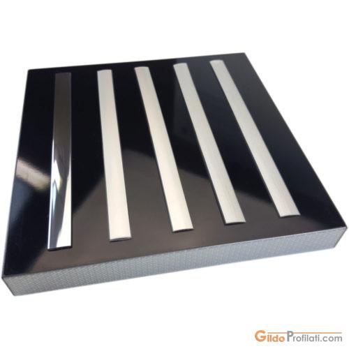 Profili decorativi per porte in materiale termoplastico coestruso