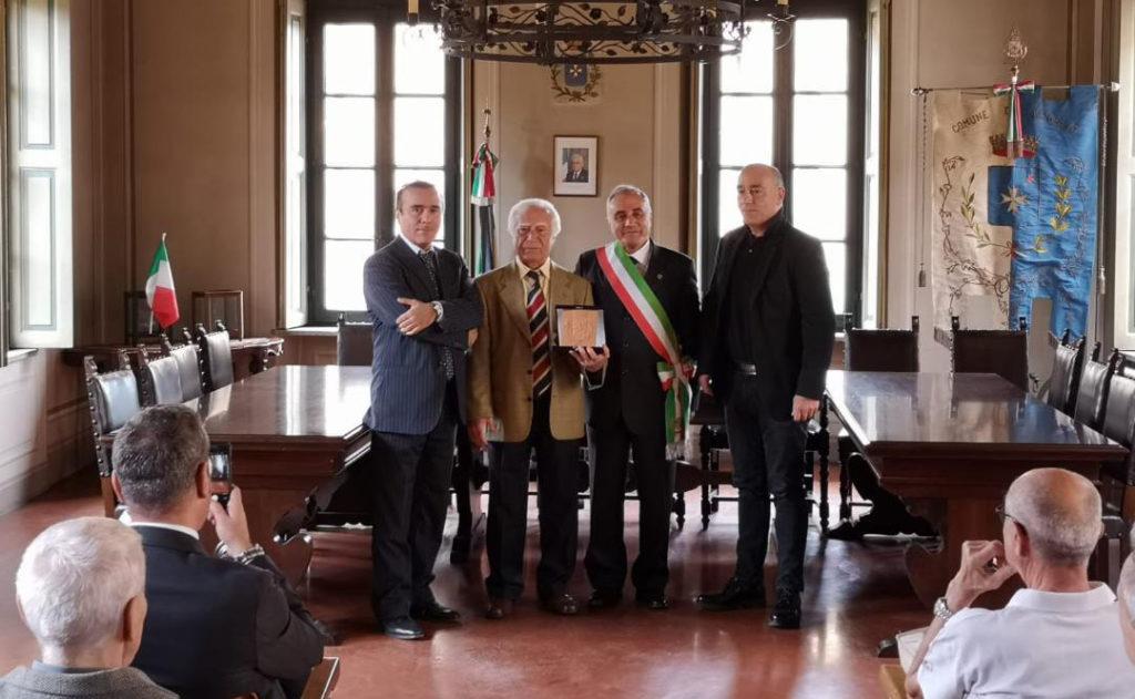 Premiazione per il 50° anniversario della Gildo Profilati nella sala consiliare del Comune di Aicurzio